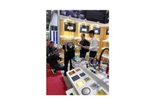 2017 autumn canton fair, VIGA Faucet explained bathroom fixtures to foreigners and showed them how to use.